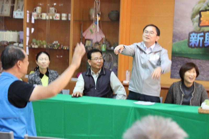 農委會10日在台東辦釋迦外銷媒介會,坐在前排的張志明舉手準備發言時,對手劉櫂豪起身示意張會後再找媒體表達意見,現場氣氛頓時尷尬。記者尤聰光/翻攝