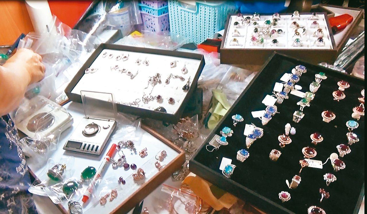 六名珠寶商涉嫌假造鑑定書,拿劣質珠寶充當高檔精品珠寶在特定電視購物台販售,檢警初...