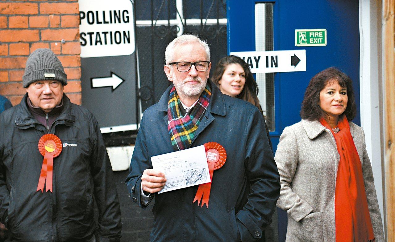 工黨黨魁柯賓(中)十二日抵達投票所。(歐新社)