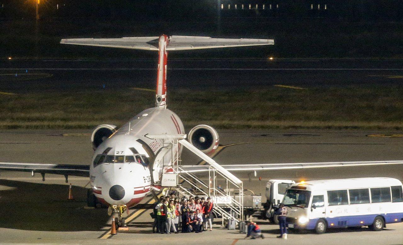 遠東航空最後一個航班的所有工作人員,昨晚一起合影。 記者鄭超文/攝影
