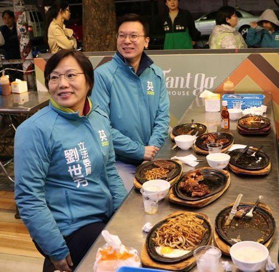 林飛帆與劉世芳在瑞豐夜市吃牛排。 圖/劉世芳競選團隊提供