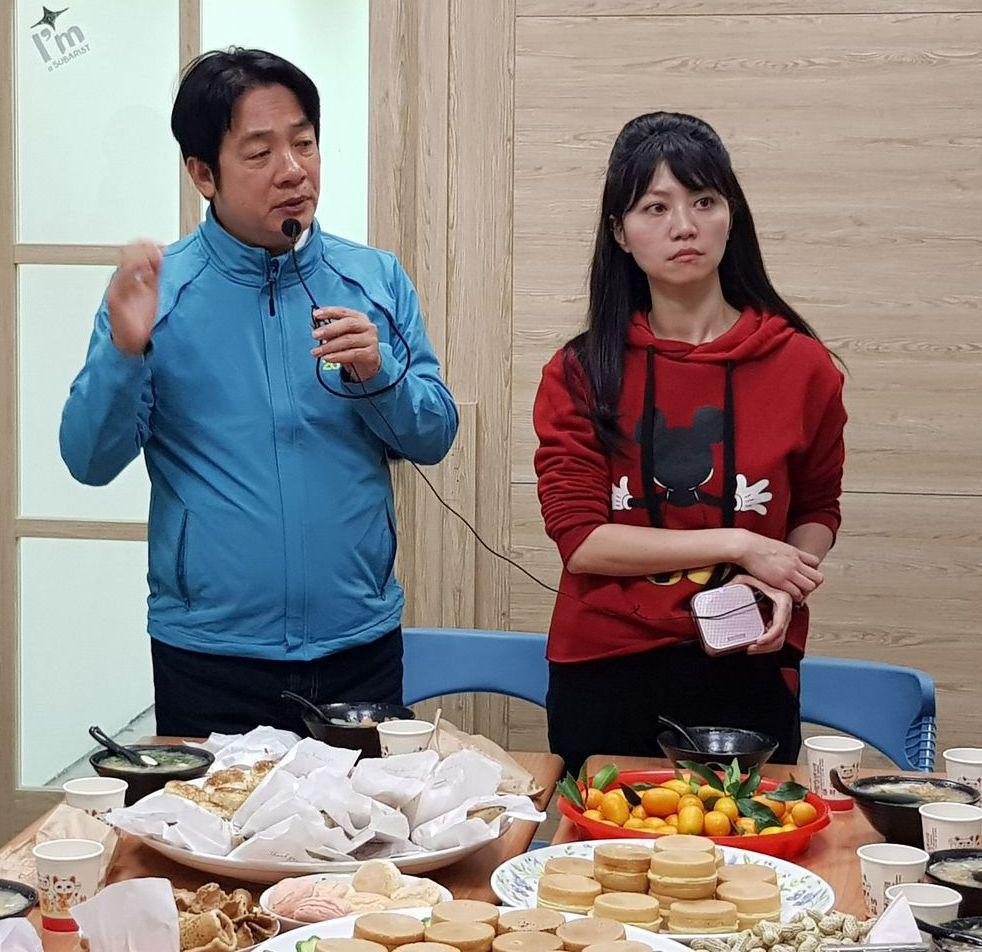 賴清德日前陪高嘉瑜拜票,並與居民享用在地小吃。 圖/聯合報系資料照片