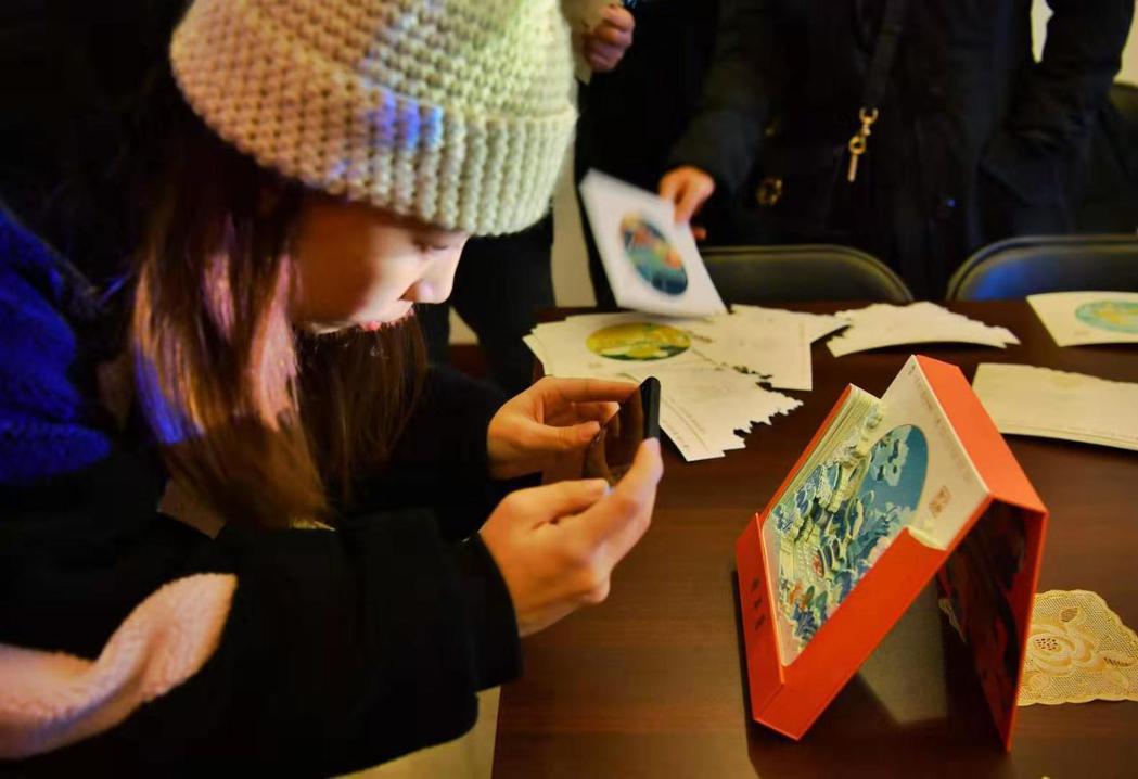好看實用的「祈年曆」吸引遊客們紛紛搶拍打卡。 圖/摘自新京報
