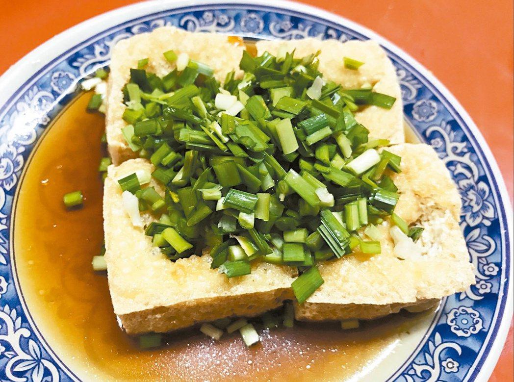 花蓮鳳林鎮的臭豆腐,覆滿切碎的生韭菜,口感爽脆。  圖/聯合報系資料照片