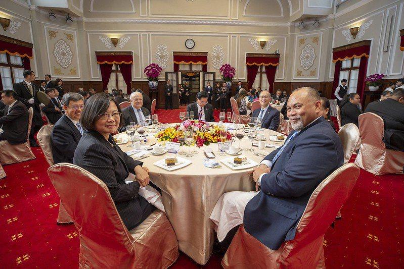 蔡英文總統(前左)昨以國宴宴請諾魯共和國總統安格明(前右)伉儷,第一次在國宴上有...