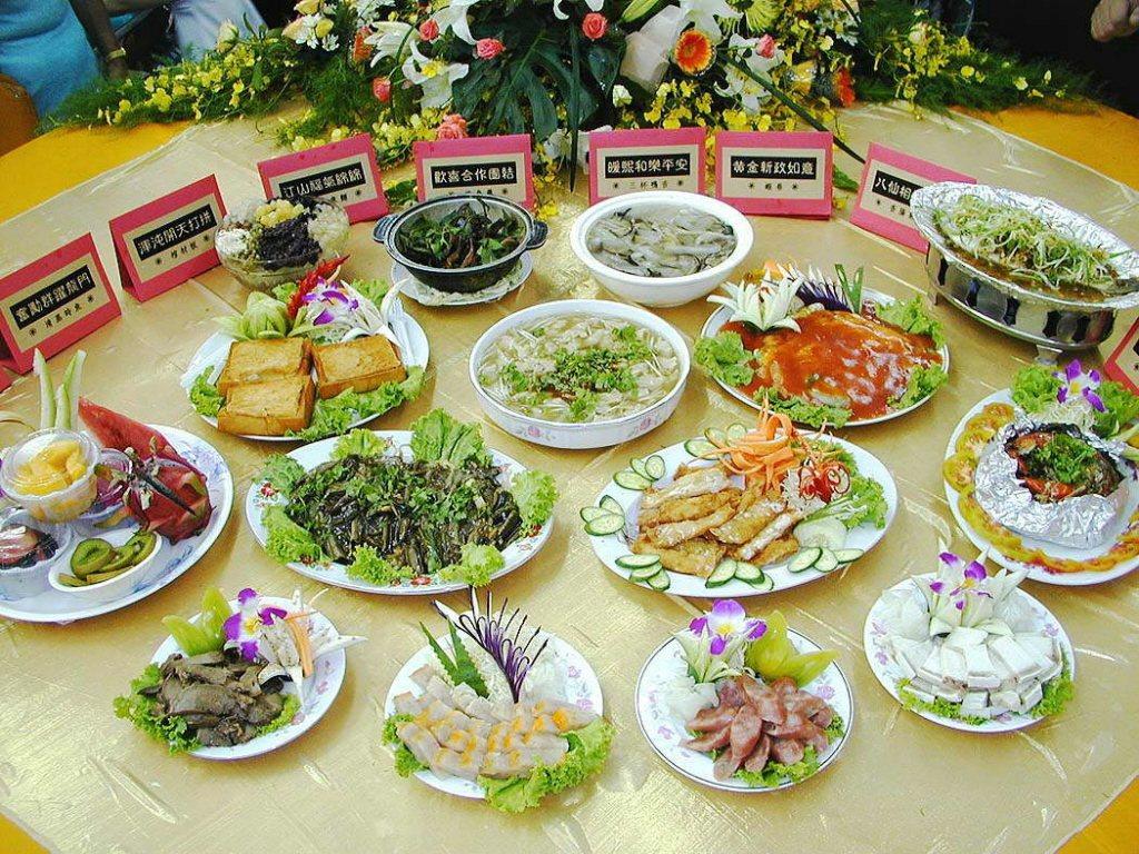 台南小吃很有名,陳水扁總統就職時曾躍上國宴。圖為小北觀光夜市特別設計十二道小吃組...