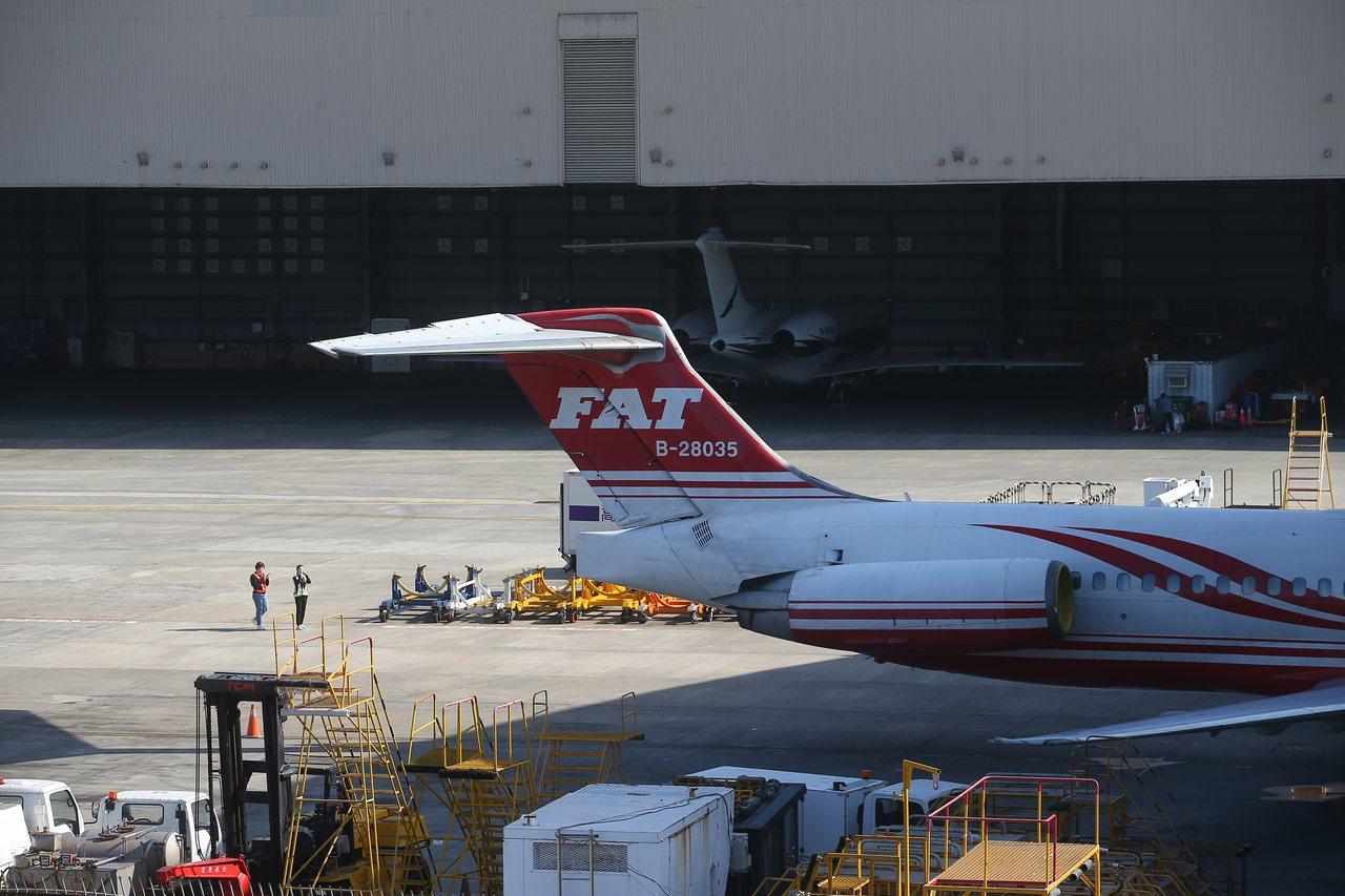 遠東航空不堪長期虧損宣告暫停營業,日前松山機場多架遠航飛機停在機棚外。本報資料照...