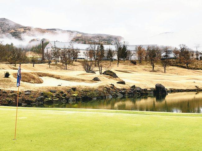 從對面的高爾夫球場,可以欣賞星野磐梯山溫泉度假飯店的清晨之美。