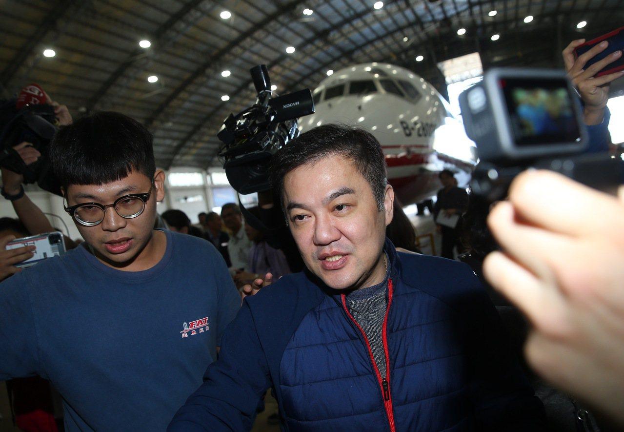 遠航董事長張鋼維上午舉行記者會說明遠航是自己個人獨資的公司,自己沒有掏空遠航,也...