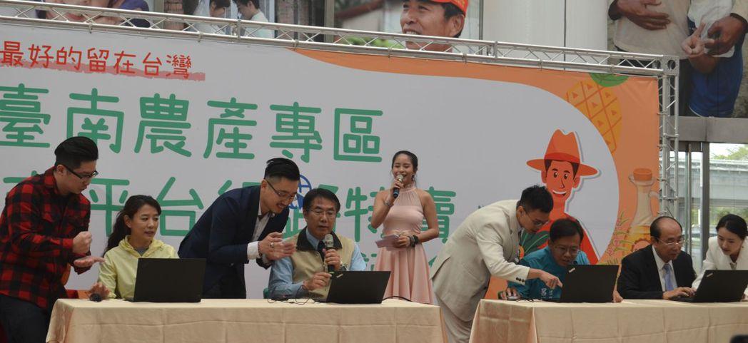 黃偉哲市長(中)、市府農業局李朝塘局長(右一)現場利用筆電,於電商平台下訂了第一...