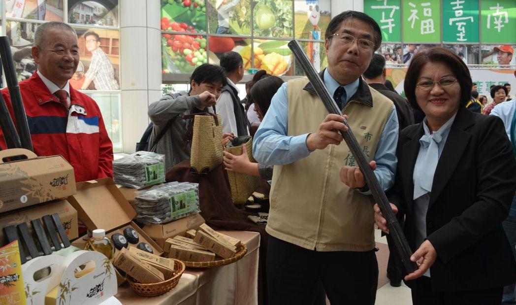 黃偉哲市長參觀龍崎區農會農特產品與總幹事合影。  陳慧明 攝影