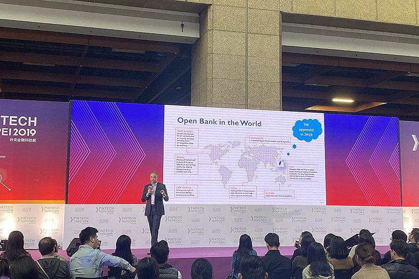 鄧白氏亞洲區數據與營運負責人Tonmoye Nandi於台北金融科技展以「Ope...