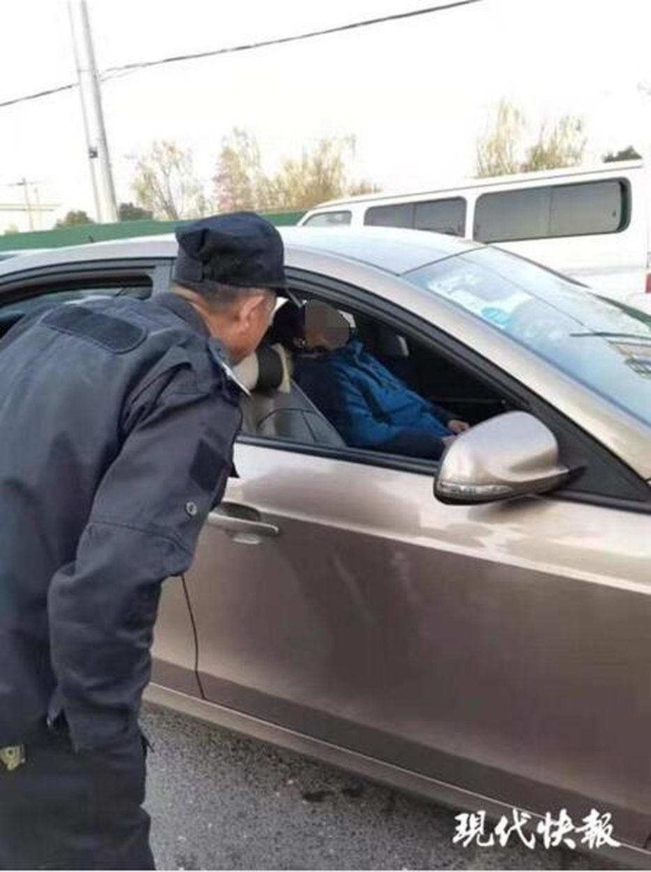 57歲劉姓司機曾開過修車鋪,在工地燒過電焊,還開過渣土車、挖掘機,開滴滴車不到半...
