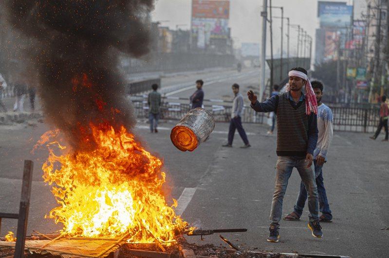 印度上萬抗議民眾與警方發生流血衝突,並傳出有人縱火燒車、破壞建築物。美聯社