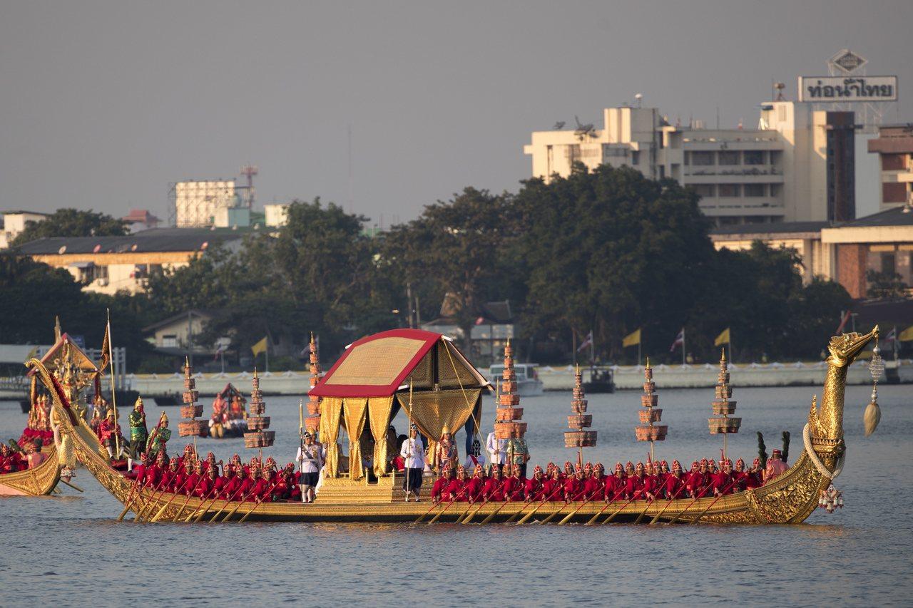泰國12日舉行王船遊行,做為泰王加冕儀式的最後一道程序。歐新社