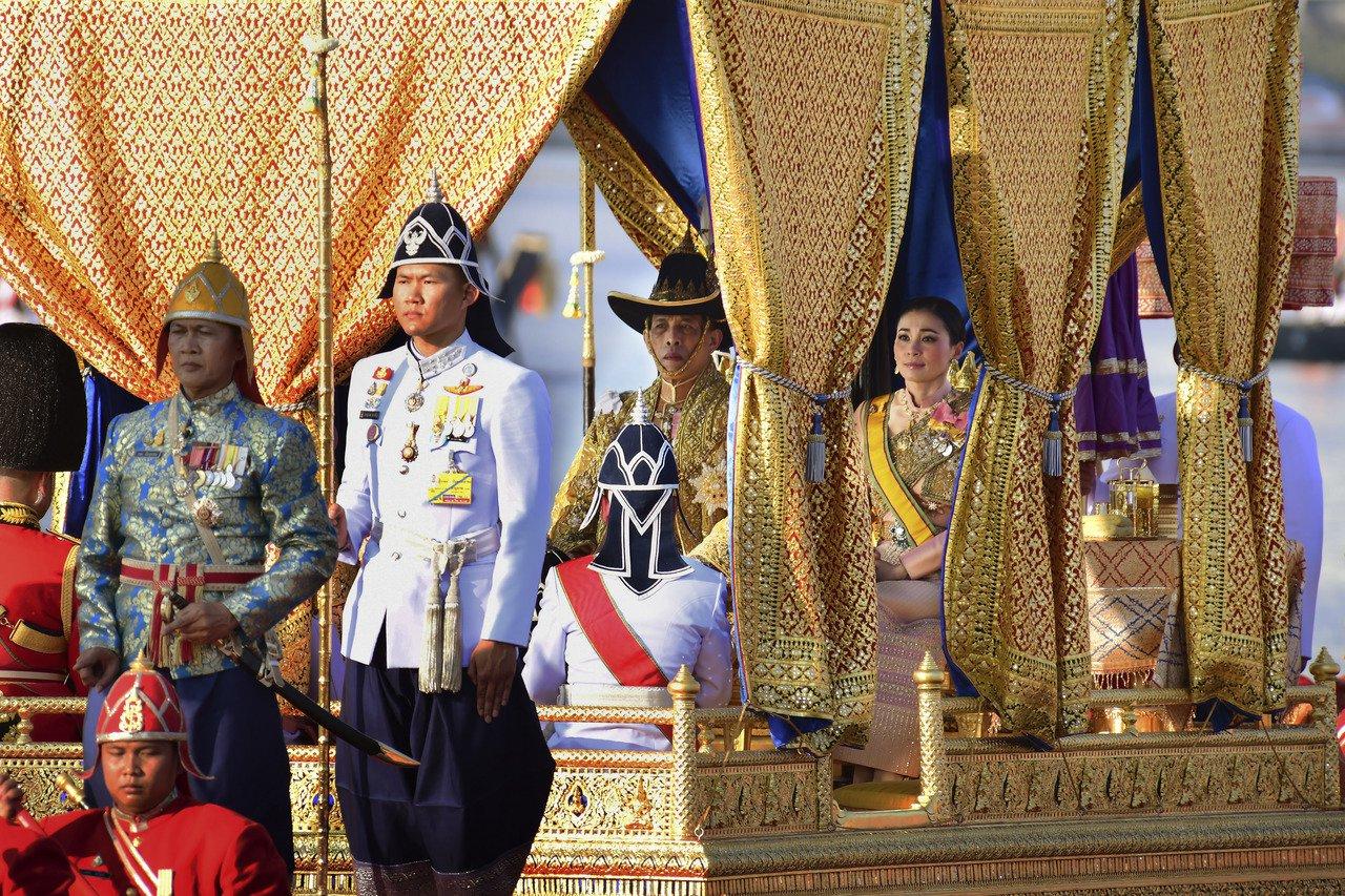 圖為泰王瓦吉拉隆功和王后蘇堤達搭乘的金鴻王船。美聯社