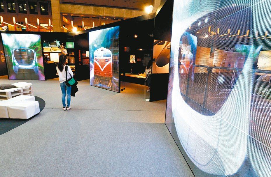 台鐵上午舉辦「鳴日一臺鐵美學復興」特展開幕記者會,將一連三天在大廳展區公開兩款新購列車以及台灣設計團隊所改裝橘黑輝映的觀光列車,讓民眾近距離感受列車設計美學。 記者杜建重/攝影