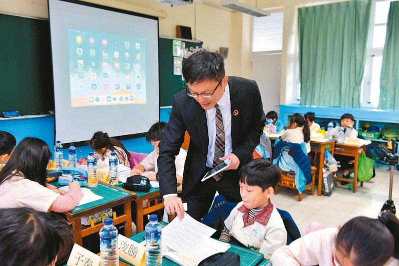 新北市教育局長張明文(中)在課堂中用平板截取小朋友算式,與孩子直接討論問題。 圖/新北市政府提供