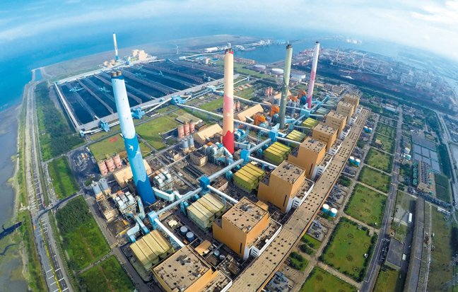 台中市環保局繼日前針對空汙對台電開出300萬元罰單後,今日再下最後通牒。 本報資...