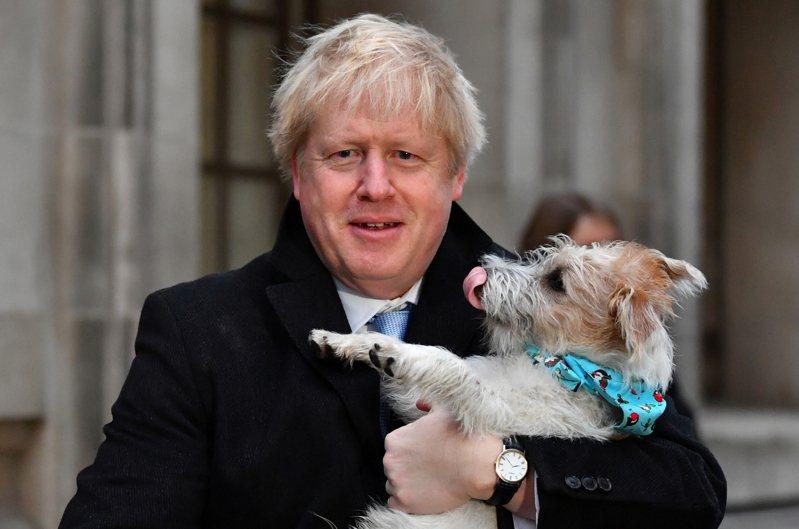 英國今國會大選,最新出口民調顯示,首相強生的保守黨將大獲全勝。路透