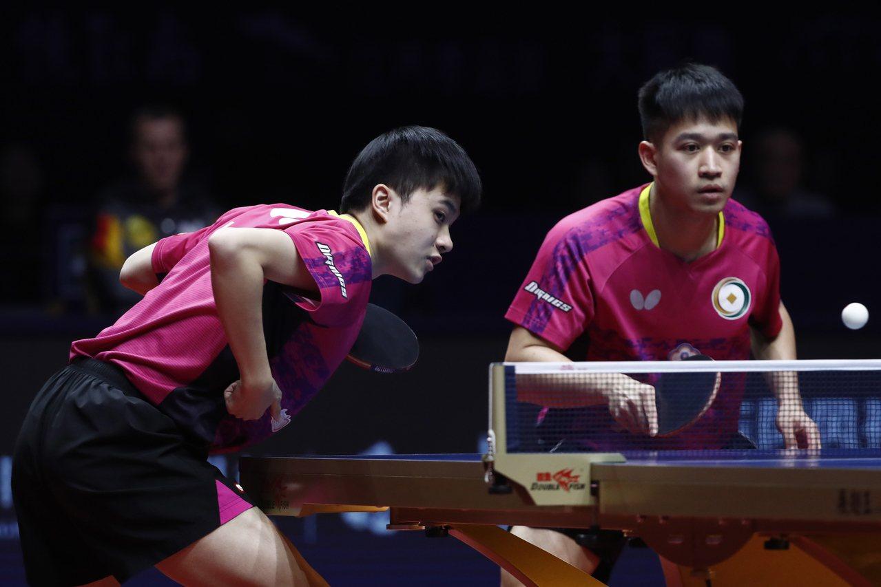 林昀儒(左)搭檔廖振珽晉級桌球年終賽男雙決賽。 歐新社