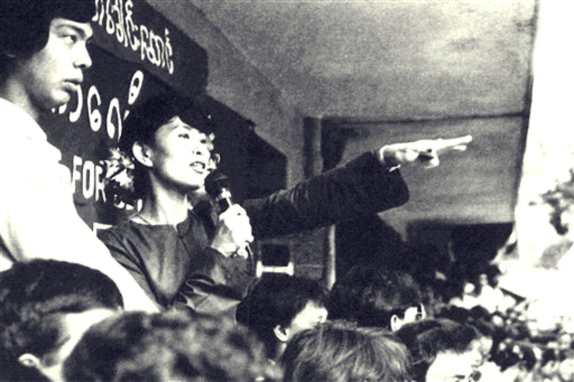 圖為1989年,推行非暴力民主運動的翁山蘇姬向群眾進行演講。 圖/美聯社