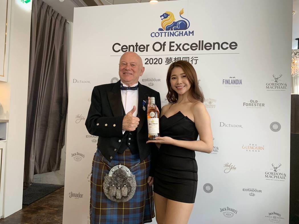 廷漢企業創辦人柯廷漢(左)主持「2019年終感謝餐會」,強調已為嶄新的2020年...
