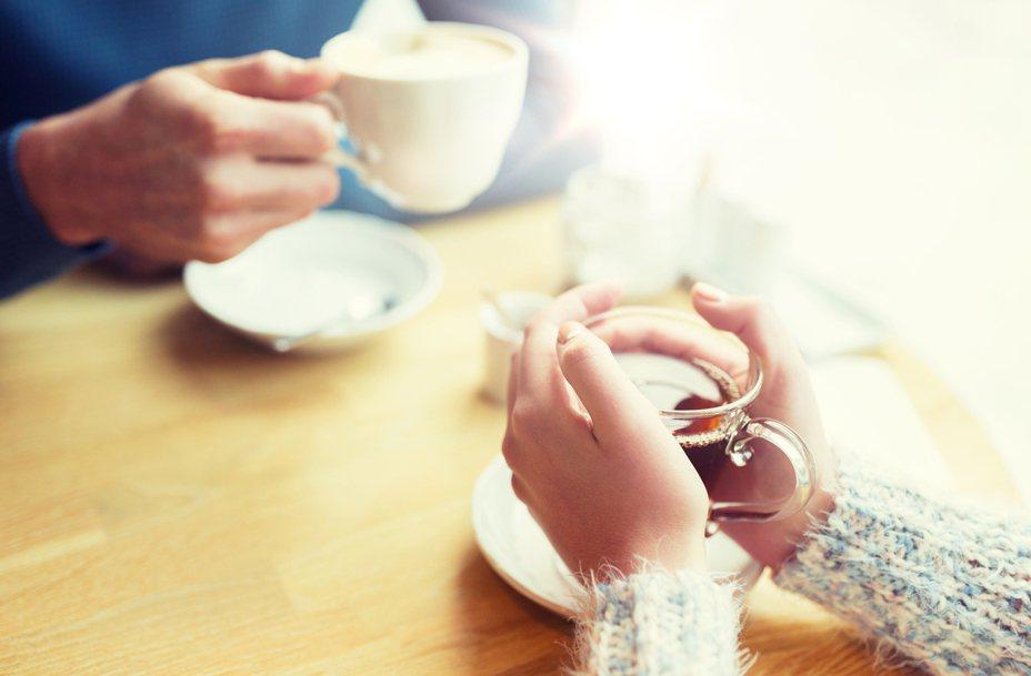 一名網路作家日前相親時,對方不僅未經同意就吃女方盤中食物,事後還以女方薪水較高為由,要求對方多出錢。示意圖/ingimage