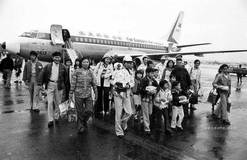 首批獲准在台定居的越南難僑,自澎湖乘坐遠東航空公司班機飛抵台北。(日期:1979...