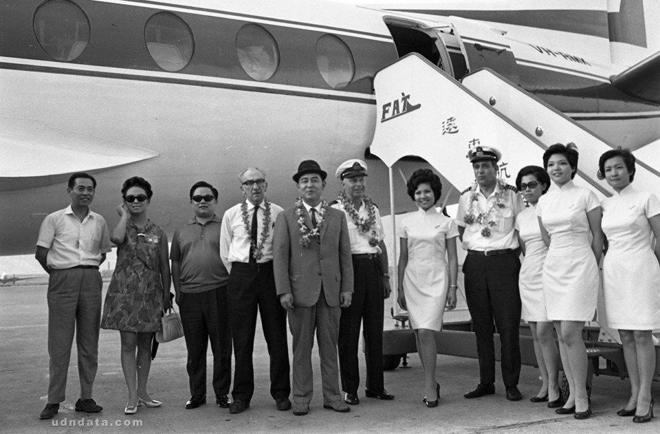 遠東航空公司新訓的空勤人員返國,中戴西裝帽者為遠航總經理胡侗清。(日期:1970...