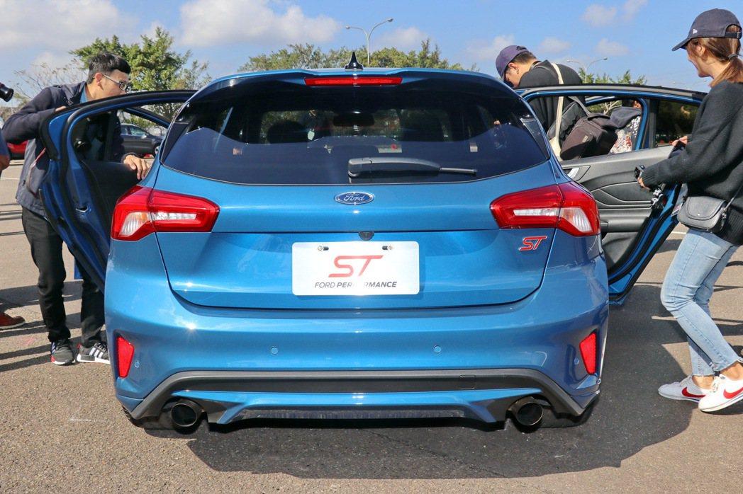 車尾有鮮明的ST紅色字樣。 記者陳威任/攝影