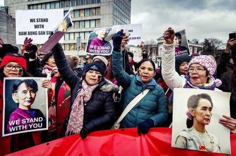 庭外聲援的翁山蘇姬支持者。 圖/歐新社