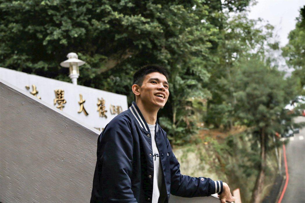 目前任職於點點善文案編輯的卓哲緯,在出生2個月時,就因為意外事故罹患腦性麻痺。 ...