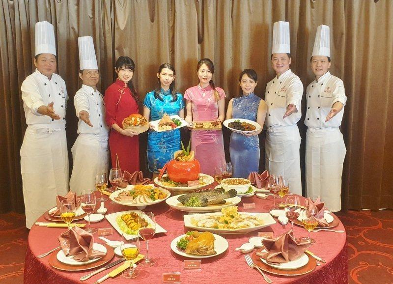 台北福華舉行農曆鼠年年菜外帶發表會,由主廚們與旗袍美女出席宣傳。 徐谷楨/攝影