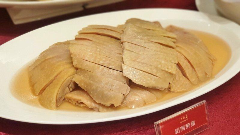 美味的「紹興醉雞」每年銷量均維持高檔,讓主廚團隊忙壞了。 徐谷楨/攝影