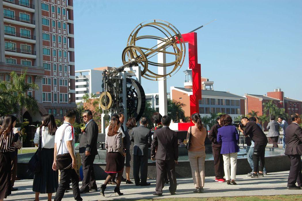 南臺科大古機械公共藝術「天圓地方」,具有自動校時功能的天文計時儀器,讓與會來賓嘖...