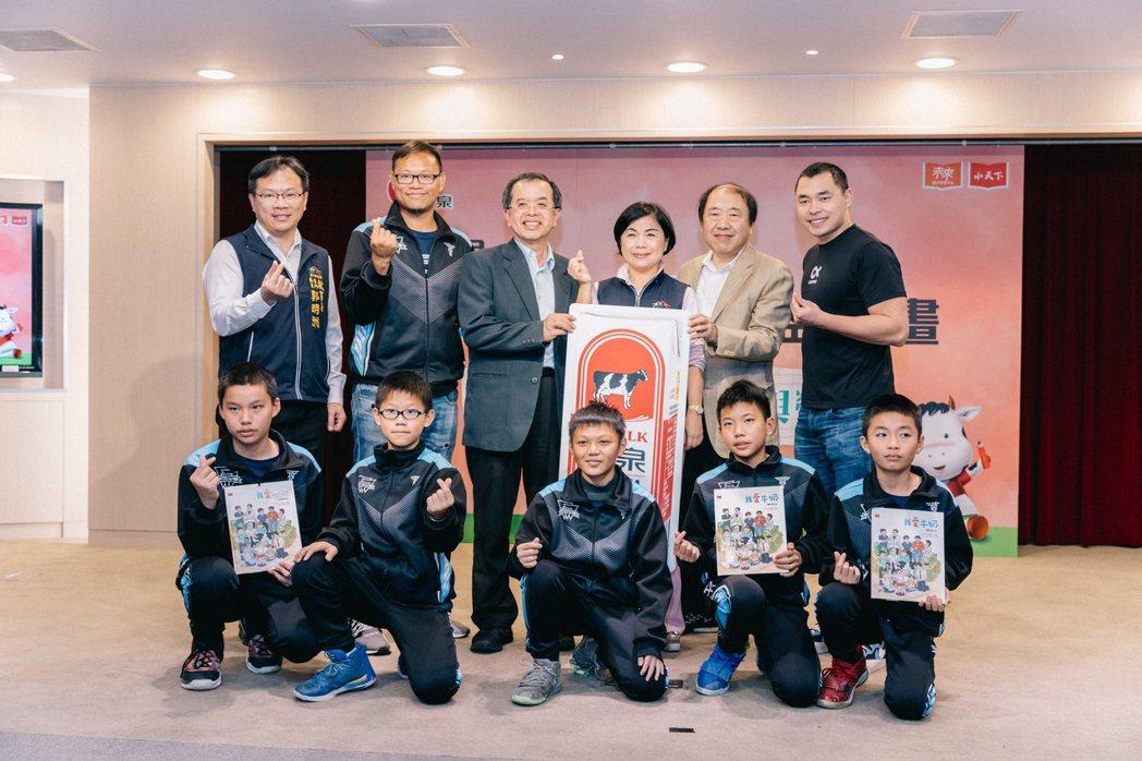 何凱成(右一)勉勵石岡國小的球員們,在人生的道路上不懈奮鬥。 圖/賴柏辰攝影