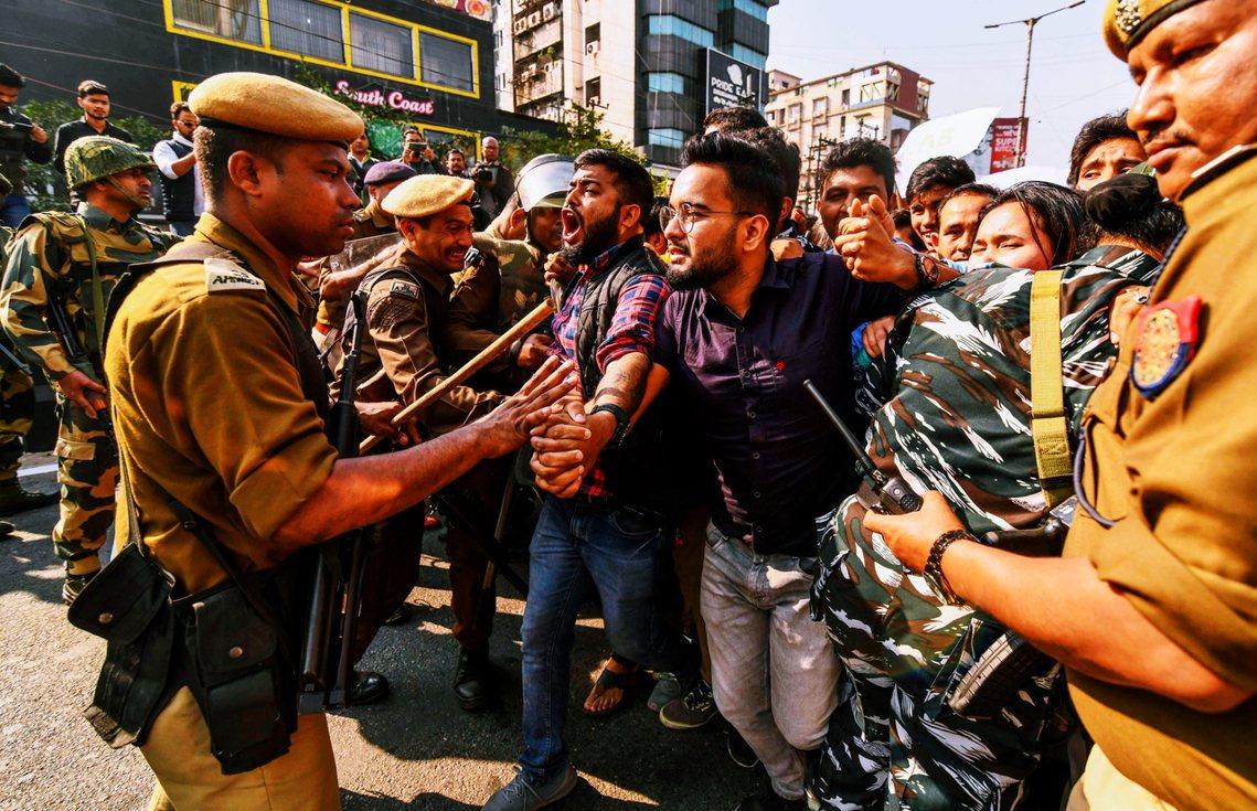 11日在印度阿薩姆邦首府,抗議《公民身分修正法》(CAB)的「印度人」。 圖/法...