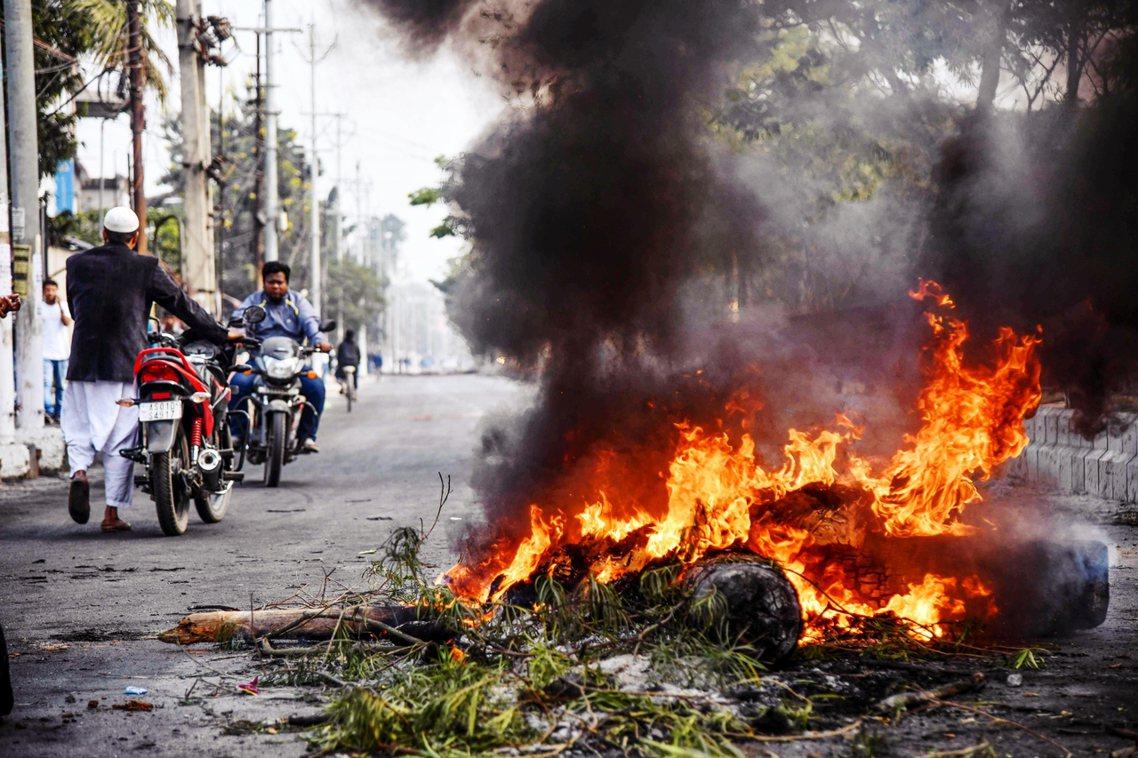 阿薩姆邦12日,抗議CAB的示威者街上縱火。首府古瓦哈提(Gauhati)已在1...
