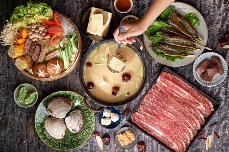 台北美福大飯店潮粵坊的清湯麻辣鍋。 圖/台北美福大飯店提供