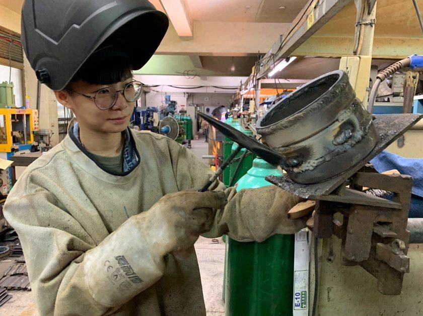 22歲的林品均報名勞動部勞動力發展署桃竹苗分署「銲接實務班」後,憑藉努力與不放棄...