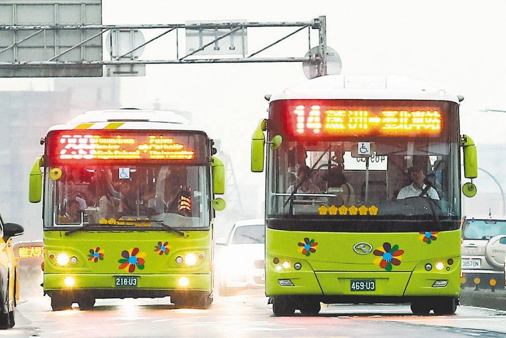 不少台灣人搭公車會習慣,車還沒停靠前就移動到車門口,這在日本人眼裡犯了大忌。圖為...
