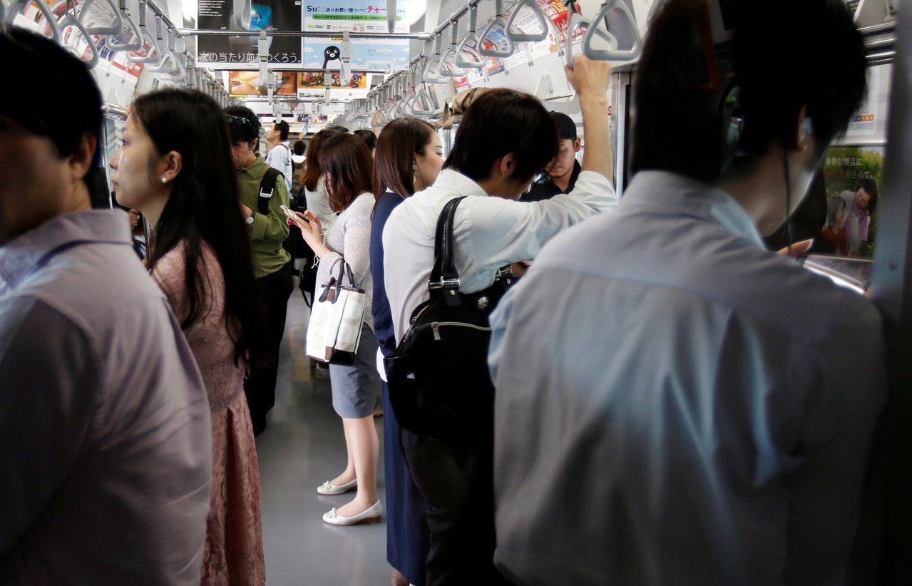 對大多數日本人來說,雖然有JR和電車,但公車仍是最重要的交通工具。圖/路透社