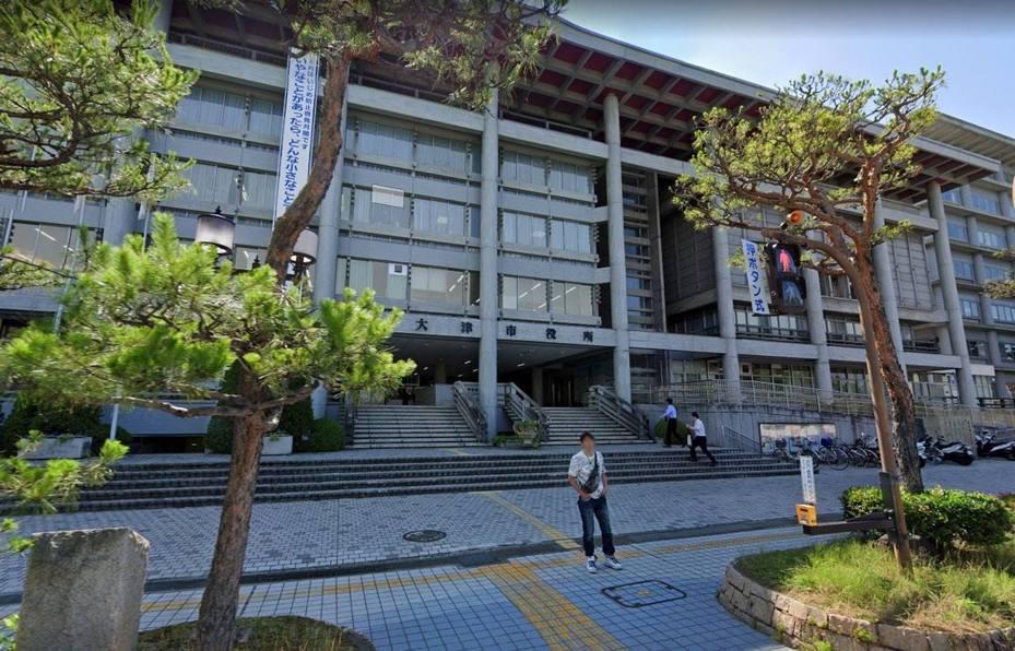 一名31歲日本男公務員在滋賀縣大津市役所內的兒童福利部工作,因為暗戀同部門的女同事,2個月內瘋狂打202次電話給對方。圖翻攝自Google地圖