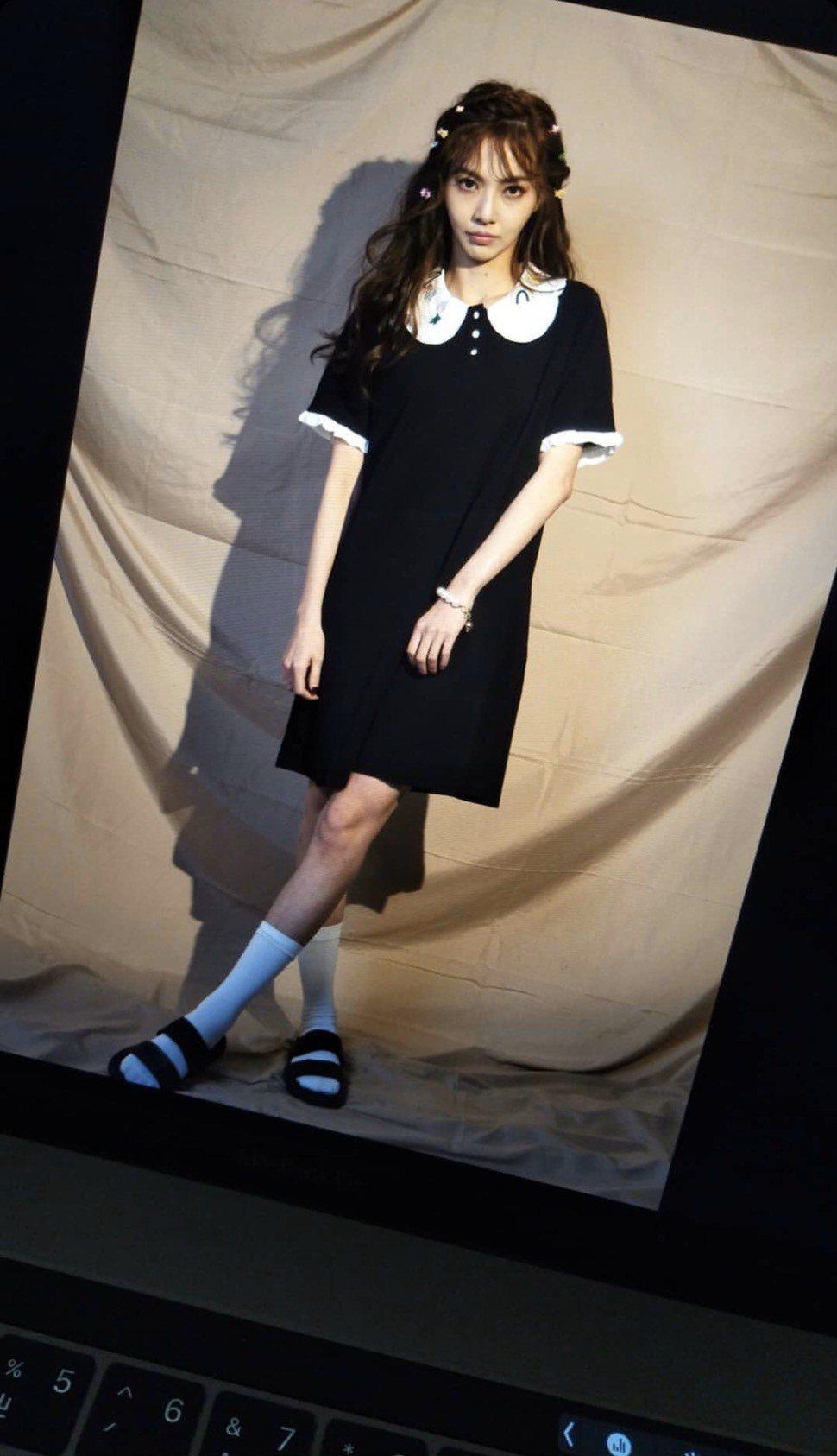 謝和弦送手機的女子,與今天莉婭拍攝工作照的髮型髮飾一模一樣。圖/摘自IG