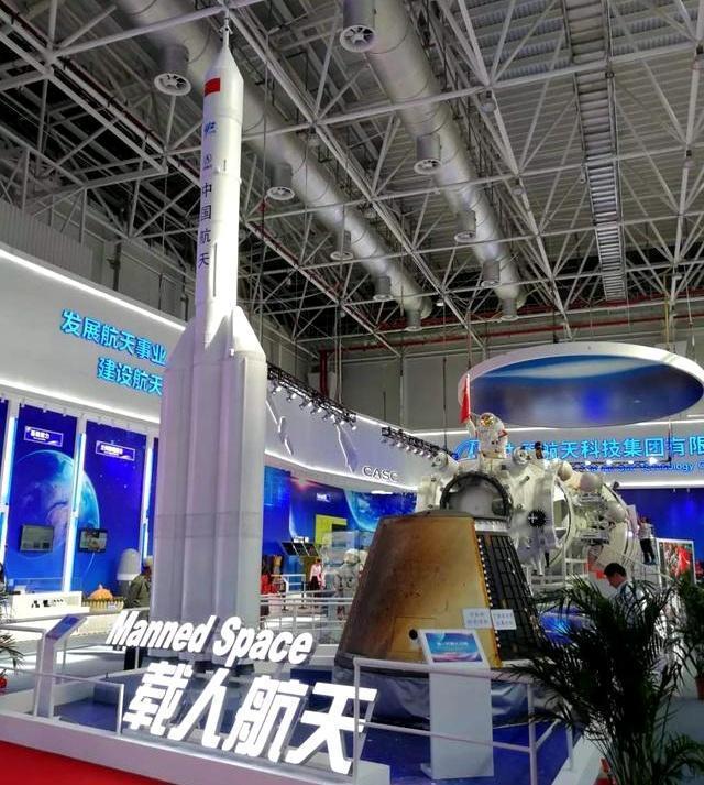 中國航天科技集團研製中國新一代載人飛船(右)。取自新京報