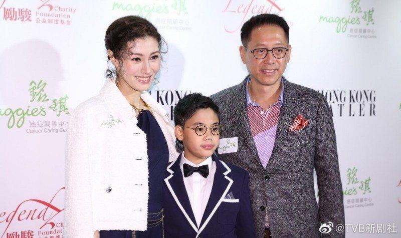 李嘉欣(左)帶著老公與兒子公開亮相。圖/摘自微博