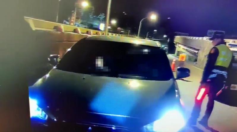 一輛自小客車今天凌晨衝撞警方攔檢點逃逸。記者蔡翼謙/翻攝