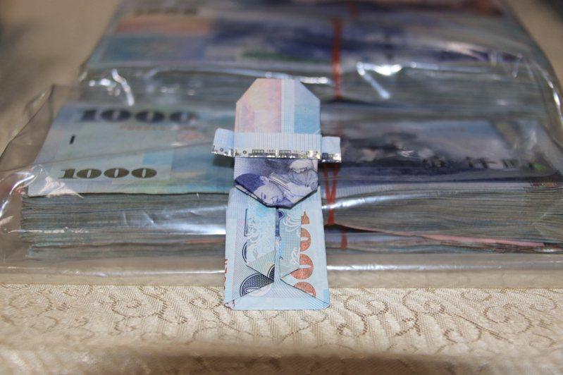 賭客把1000元折成財神招財。記者曾健祐/攝影