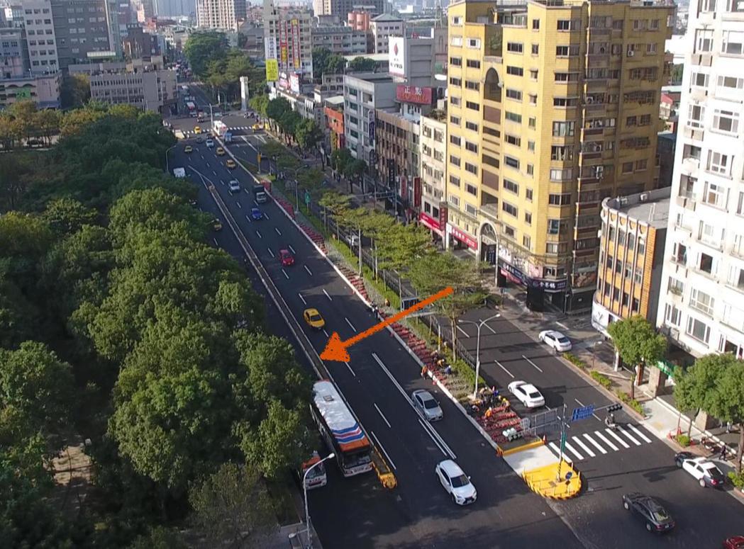 新北市交通局在板橋火車站後門的文化路闢建的新北市第一條公車專用道(外側兩線)將在...